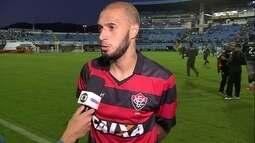 Paulinho lamenta duas bolas na trave na partida contra o Avaí