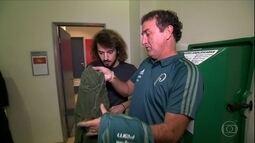 Cartoloucos: estagiário brinca com calça da sorte de Cuca