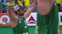 Alison e Bruno Schmidt vencem poloneses e ficam com o ouro no Mundial de vôlei de praia