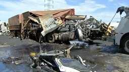 Duas carretas colidem na BR-163, em Campo Grande, e motorista fica ferido às ferragens