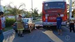 Motociclista perde a direção e fica ferida após bater em carro e ônibus em Cabo Frio, RJ