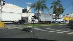 Caminhão-baú derruba semáforo em cruzamento de Rio Claro, SP