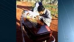 Corpo de criança morta por padrasto é enterrado em cemitério de Goiânia