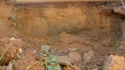Erosão engole calçada e está chegando na rodovia Palmiro Paes de Barros
