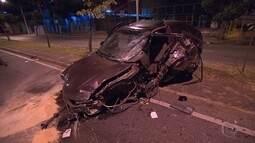 Dois carros batem na Avenida Barão Homem de Melo, em Belo Horizonte