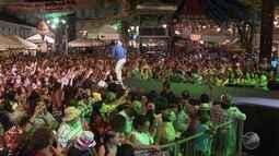 Multidão lota às ruas de Salvador para curtir festa junina