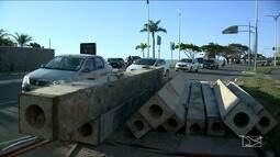 Acidente com carreta interdita trecho da Avenida dos Holandeses em São Luís