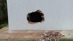 Bandidos arrombam casa dentro de condomínio no Jardim Botânico