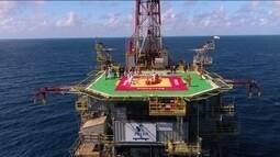 Judocas do Instituto Reação treinam em cima de plataforma de petróleo em alto mar