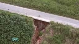 Cratera se forma na PE-126, na divisa entre Maraial e São Benedito do Sul