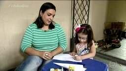 Mãe resolve dar um colorido ao tampão de olho da filha após ver matéria no Bem Estar