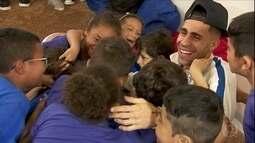 Gabriel, volante do Corinthians, visita projeto apoiado pelo Criança Esperança