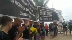 Amigos e parentes fazem oração durante protesto pela morte de policial