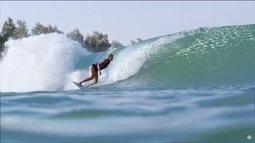 Surfista Bethany Hamilton surfa no parque de ondas de Slater