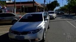 Motoristas de Uber fazem protesto em Cabo Frio, RJ, nesta quarta
