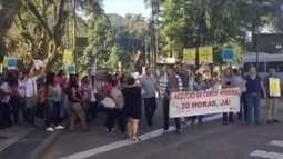 Manifestação é realizada no Centro de Petrópolis, RJ, nesta quinta-feira