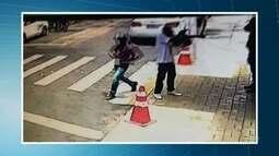 Câmeras flagram assalto próximo a creche em Fortaleza
