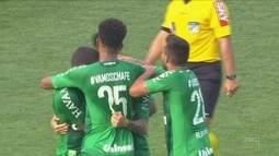 Chapecoense volta a vencer em casa e dá salto na classificação da Série A