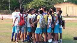 Jovens talentos do futebol correm atrás do sonho de viver do esporte