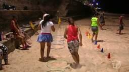 Prática de atividades físicas na praia em frente a cidade requer cuidados por conta dos de