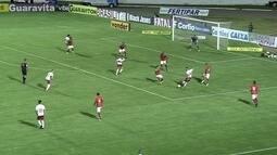 Winck arrisca para o gol, mas Fabrício faz a defesa, aos 6' do 2º tempo