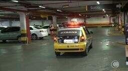 Strans emite multa educativa para motoristas que estacionam em vagas para idosos