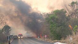 Bombeiros têm dificuldade para conter incêndio de grandes proporções em Barreiras