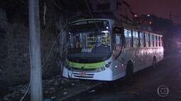 Ônibus atinge poste e passageiros ficam impedidos de sair do veículo em São Cristóvão