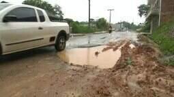 População de Cruzeiro do Sul reclama de buracos nas ruas; situação piora com período de ch