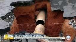 Adutora rompe e água invade rua e casas de Taboão da Serra