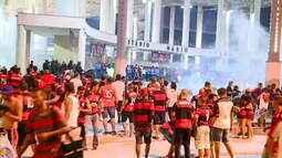 Torcedores invadem o Maracanã e PM usa bombas de gás