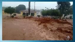Chuva deixa cratera na BA-460; temporal deixa desabrigados em Itarantim: veja na previsão