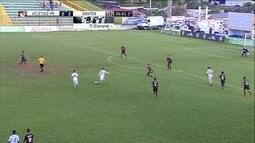 Alexandre Tam bate de fora da área e bola passa à direita do gol aos 34 do 2º tempo