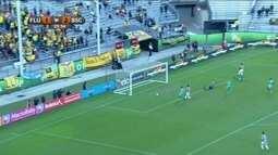 Jadson recebe na área, bate no canto e leva muito perigo ao gol de Banguera, aos 25 do 2º