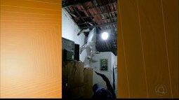 Jumento sobe em telhado de casa em Cajazeiras e fica pendurado