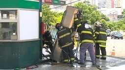 Posto de combustíveis de Bauru é isolado após carro derrubar bomba de gasolina em batida