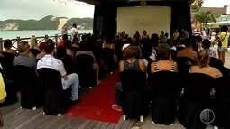 Primeiro dia do 'Cine Verão' reúne potiguares e turistas na praia de Ponta Negra