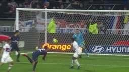 Draxler cruza, Thiago Silva tenta de cabeça, mas goleiro fica com a bola, aos 17 do 2º