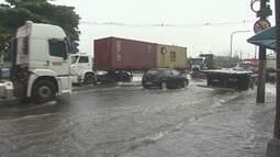 Chuva causa alagamentos em Santos