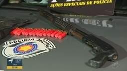 Polícia flagra homem portando espingarda, munição e colete à prova de bala