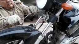 Bombeiros capturam filhote de jibóia escondido em guidão de moto em Ladário, MS