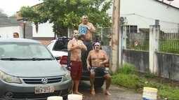 Moradores tomam banho na chuva em protesto por falta de água em Macapá