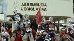 Com faixas e cartazes, grupo protesta em Goiânia contra a reforma da Previdência