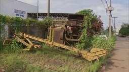 Lixo, entulho e equipamentos abandonados ocupam calçadas de Taguatinga