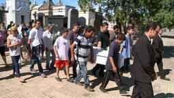 Menino que morreu arrastado por carro em Uruguaiana é enterrado