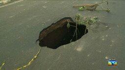 Asfalto cede e deixar grande buraco em São Luís