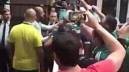 Felipe Melo desce do ônibus e vai conversar com torcedores do Palmeiras que protestavam