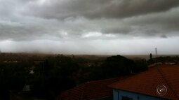 Chuva com ventos fortes atinge região de Bauru e assusta moradores