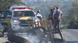 Caminhoneiros queimam pneus durante protesto em Votorantim