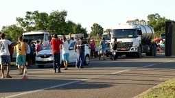 Caminhoneiros protestam contra aumento do diesel na BR-101, em Campos, no RJ